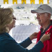 Betreuung von Senior bei Ausflug